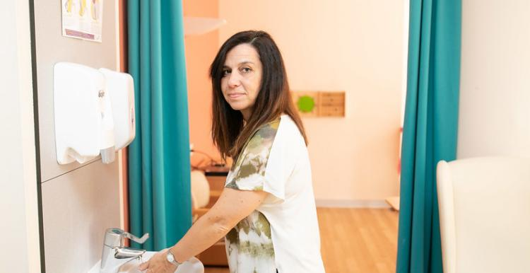 A woman in a hospital washes her hands